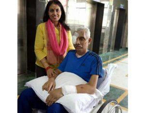कोटा निवासी सीआरपीएफ कमांडेंट चेतन चीता एम्स से डिस्चार्ज होने से पहले पत्नी उमा सिंह के साथ।