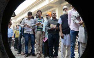 नोटबंदी के दौरान एटीएम की लाइन में खड़े लोग... (फाइल फोटो)