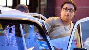 केंद्रीय मंत्री स्मृति ईरानी की कार का पीछा कर रहे थे छात्र